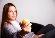 Ung kvinna med äpplet Royaltyfri Foto