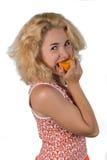 Ung kvinna med apelsinen arkivbild
