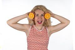 Ung kvinna med apelsinen arkivfoto