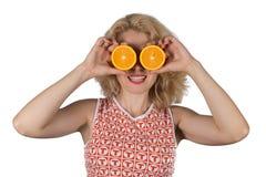 Ung kvinna med apelsinen arkivfoton