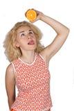 Ung kvinna med apelsinen royaltyfria foton