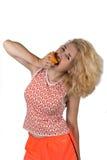 Ung kvinna med apelsinen Arkivbilder