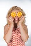 Ung kvinna med apelsinen Royaltyfri Bild