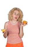 Ung kvinna med apelsinen och citronen royaltyfria bilder