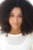 Ung kvinna med att grina för lockigt hår arkivfoton