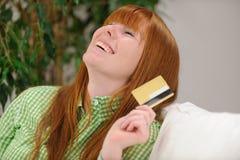 Ung kvinna med att le för kreditkort arkivbilder