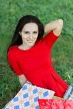 Ung kvinna med att le för shoppingpåsar Fotografering för Bildbyråer