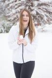 Ung kvinna med att skratta för snöboll Arkivfoton