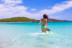 Ung kvinna med att snorkla kugghjulet på den tropiska stranden Arkivbild