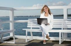 Ung kvinna med bärbara datorn Arkivfoton