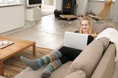 Ung kvinna med bärbara datorn Royaltyfria Bilder