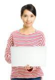 Ung kvinna med bärbara datorn Royaltyfri Foto