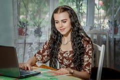 Ung kvinna med bärbara datorn och översikten royaltyfri fotografi