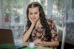 Ung kvinna med bärbara datorn och översikten arkivbilder