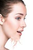Ung kvinna med beigea fundamentfärgstänk Royaltyfri Foto