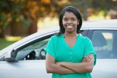 Ung kvinna med bilen Arkivfoton