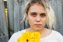 Ung kvinna med blekte hår och blommor Fotografering för Bildbyråer