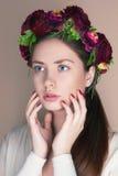 Ung kvinna med blommakronan Royaltyfria Bilder
