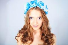 Ung kvinna med blomman Royaltyfria Bilder