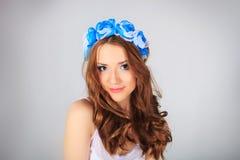 Ung kvinna med blomman Arkivfoto