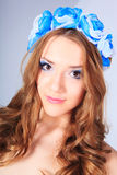 Ung kvinna med blomman Royaltyfri Foto