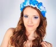 Ung kvinna med blomman Arkivfoton