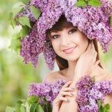 Ung kvinna med blommor Arkivfoton