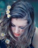 Ung kvinna med blommor i henne hår Royaltyfri Foto