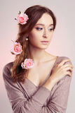 Ung kvinna med blommor i hår Arkivbild