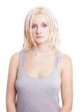 Ung kvinna med blonda dreadlocks Arkivbild
