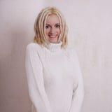 Ung kvinna med blonda dreadlocks Royaltyfri Fotografi