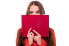 Ung kvinna med boken som isoleras på vit Arkivfoto