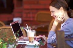 ung kvinna med bärbar dator Royaltyfri Bild
