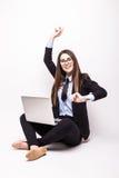 Ung kvinna med bärbar datordatoren som firar framgång, Royaltyfri Fotografi