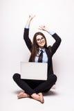 Ung kvinna med bärbar datordatoren som firar framgång, Arkivfoto