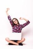 Ung kvinna med bärbar datordatoren som firar framgång, Royaltyfria Foton