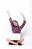 Ung kvinna med bärbar datordatoren som firar framgång, Arkivbilder