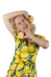 Ung kvinna med citronen royaltyfria foton