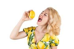 Ung kvinna med citronen royaltyfri fotografi