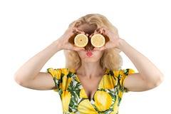Ung kvinna med citronen Arkivfoto