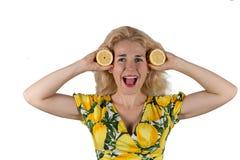 Ung kvinna med citronen arkivbild