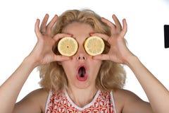 Ung kvinna med citronen royaltyfri foto