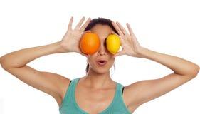 Ung kvinna med citronen och apelsinen Arkivbild