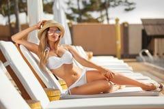 Ung kvinna med coctail på stranden på sommar royaltyfri bild