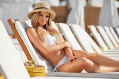 Ung kvinna med coctail på stranden på sommar royaltyfria bilder