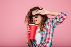 Ung kvinna med cola som är rädd av den isolerade filmen Royaltyfri Bild