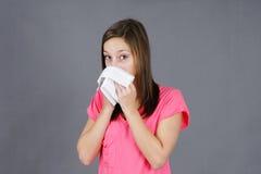 Ung kvinna med colf eller influensa Arkivfoto