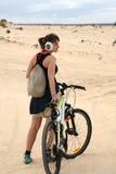 Ung kvinna med cykeln Arkivbilder