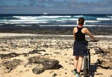 Ung kvinna med cykeln Royaltyfria Foton