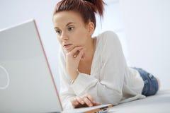 Ung kvinna med datoren. Royaltyfria Bilder
